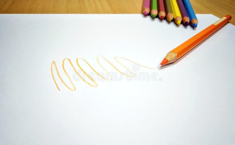 Оранжевый Scribble карандаша цвета на чистой белой бумаге стоковая фотография
