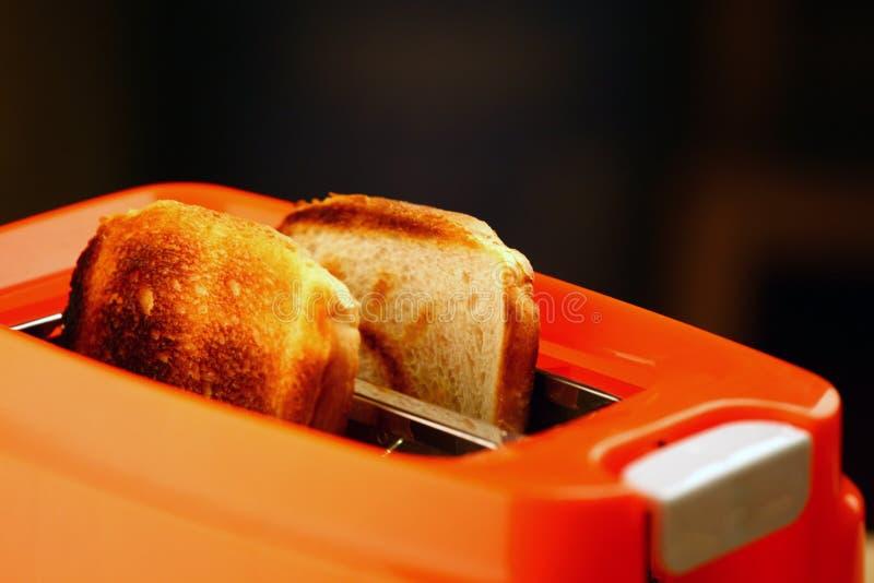 Оранжевым сгорели тостером, который студия здравицы качественная стоковое фото