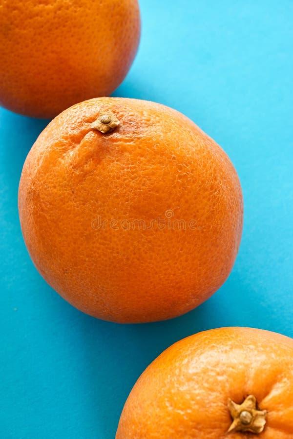 3 оранжевых апельсина крови на предпосылке teal стоковое изображение