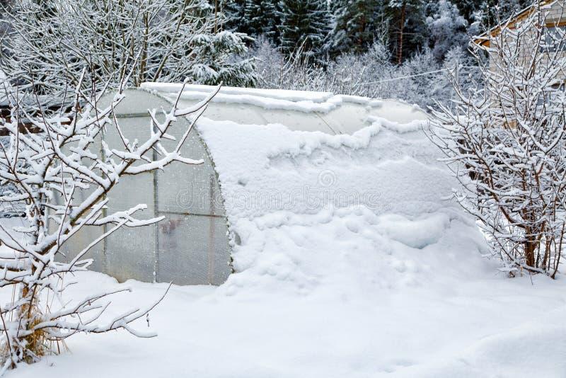 Оранжерея принесенная снегом стоковые фото