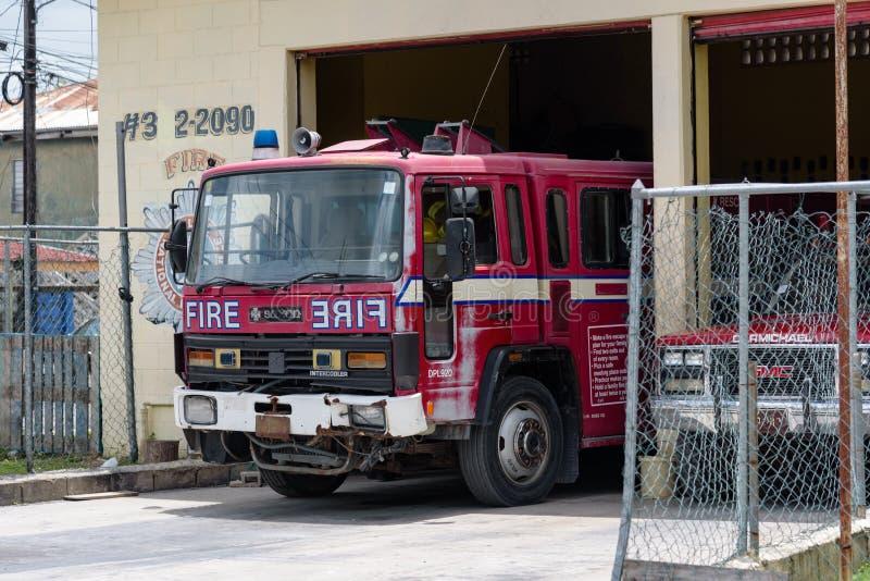 Оранж-Уолк-Таун, Оранж-Уолк/Белиз - 20 мая 2017 года: Пожарный автомобиль припаркован на пожарной станции в Оранж-Уолк-Таун, Бели стоковые фото