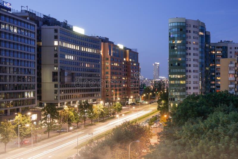 Организации бизнеса в вечере с уличными светами стоковые фото