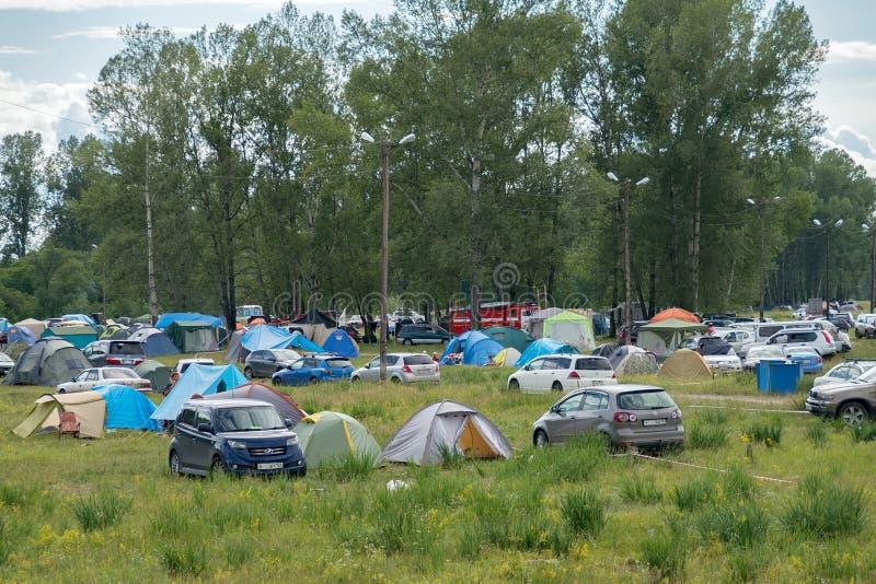 Организованный располагаться лагерем на время ежегодного межэтнического фестиваля ` музыки и ремесел мир ` Сибиря стоковое фото