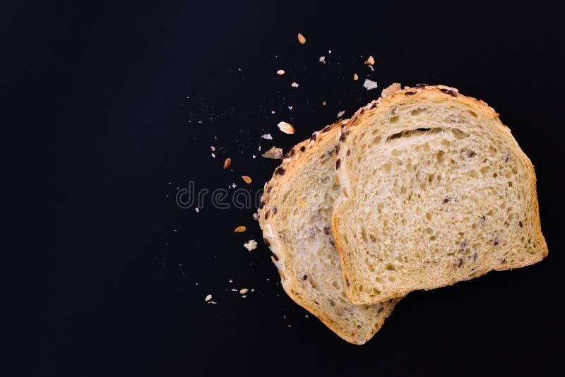 Органическая вся пшеница, весь хлеб зерен на черной предпосылке стоковая фотография