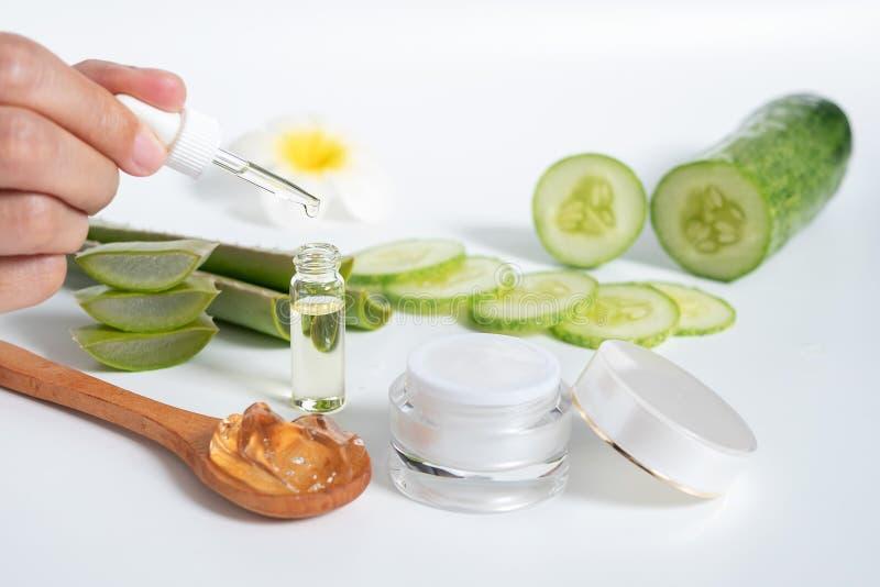 Органическая естественная концепция skincare открытый пустой косметический опарник сливк с белой внутренностью текстуры сливк и р стоковые изображения rf