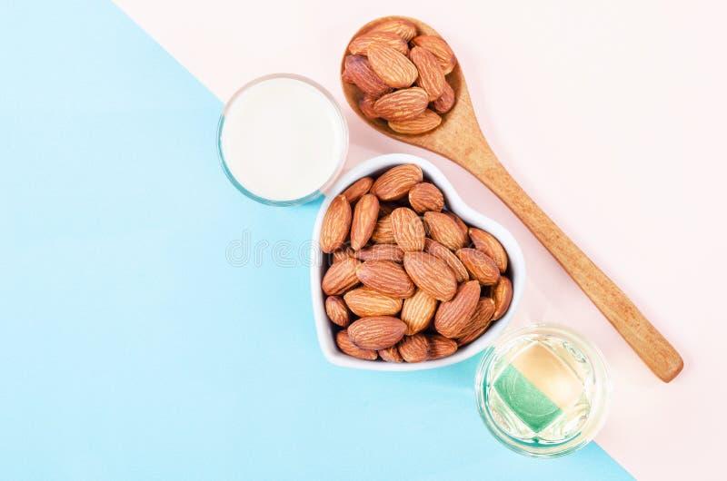 Органическая миндалина молока с семенем и миндальным маслом миндалины стоковое изображение rf