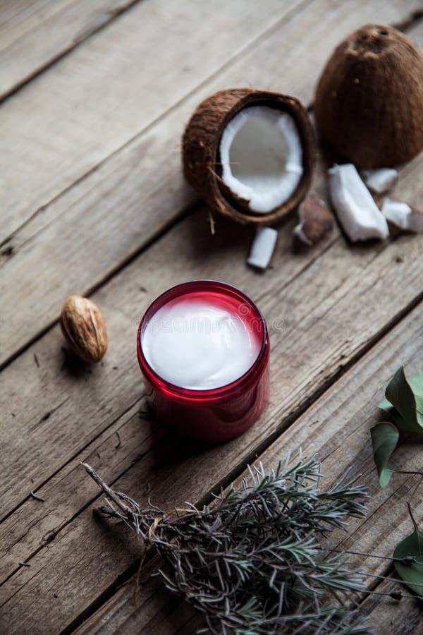Органическая сливк на деревянной предпосылке Проводник, шампунь для ухода за волосами косметики естественные кожа волос здоровая стоковое изображение rf