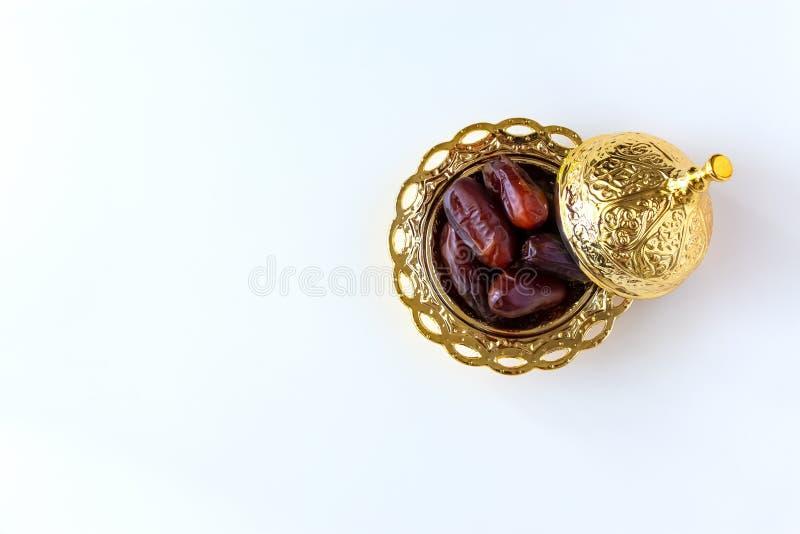 Органические высушенные даты в традиционной арабской золотой плите Святая концепция Рамазан месяца r стоковые изображения