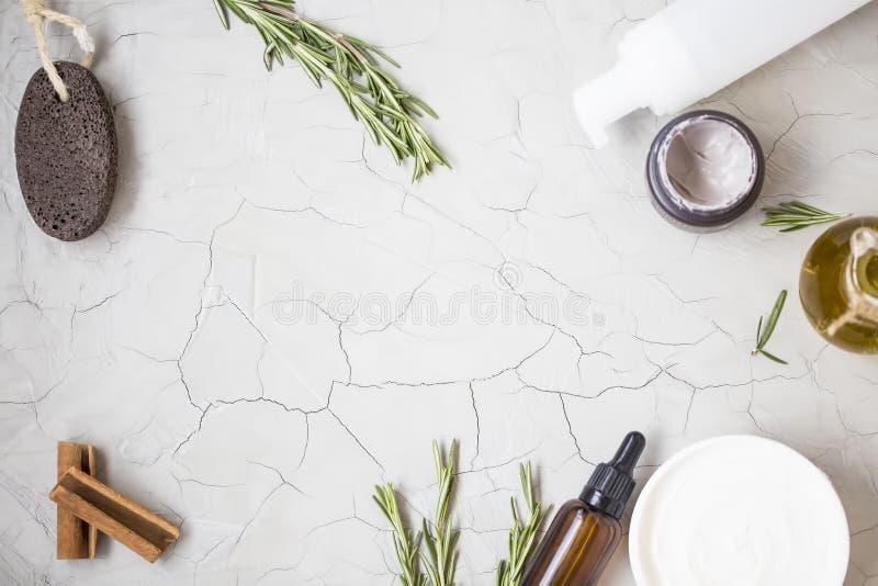 Органические продукты skincare flatlay с бутылкой масла, пемзой, оливкой стоковые изображения