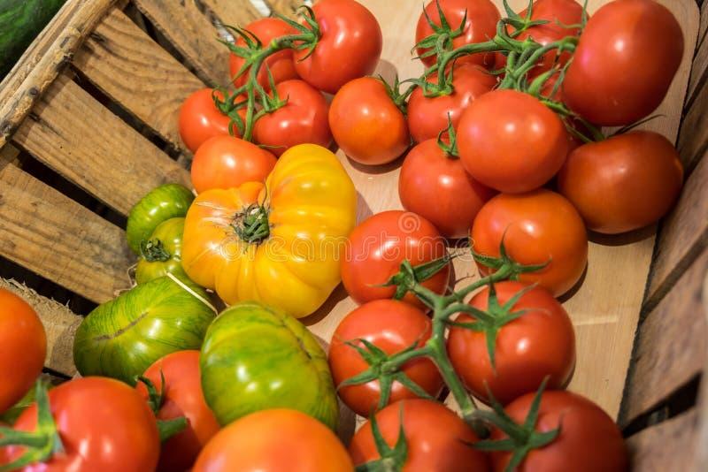 Органические свежие различные томаты продали на местном магазине стоковые изображения rf