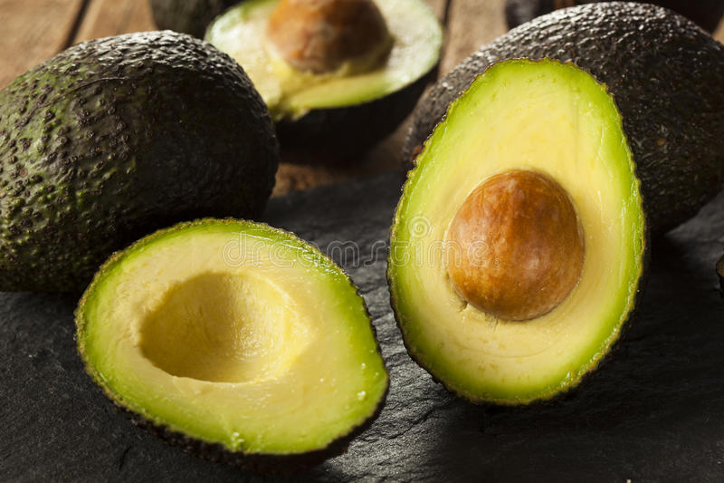 Органические сырцовые зеленые авокадоы стоковое фото