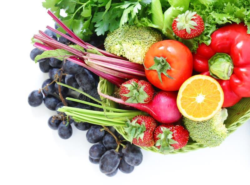 Органические фрукты и овощи в корзине стоковая фотография rf