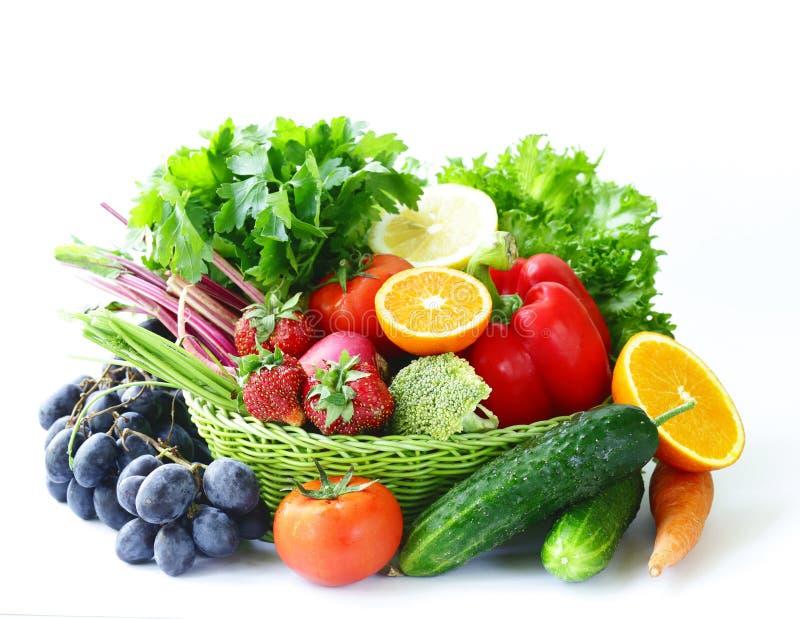 Органические фрукты и овощи в корзине стоковые фотографии rf