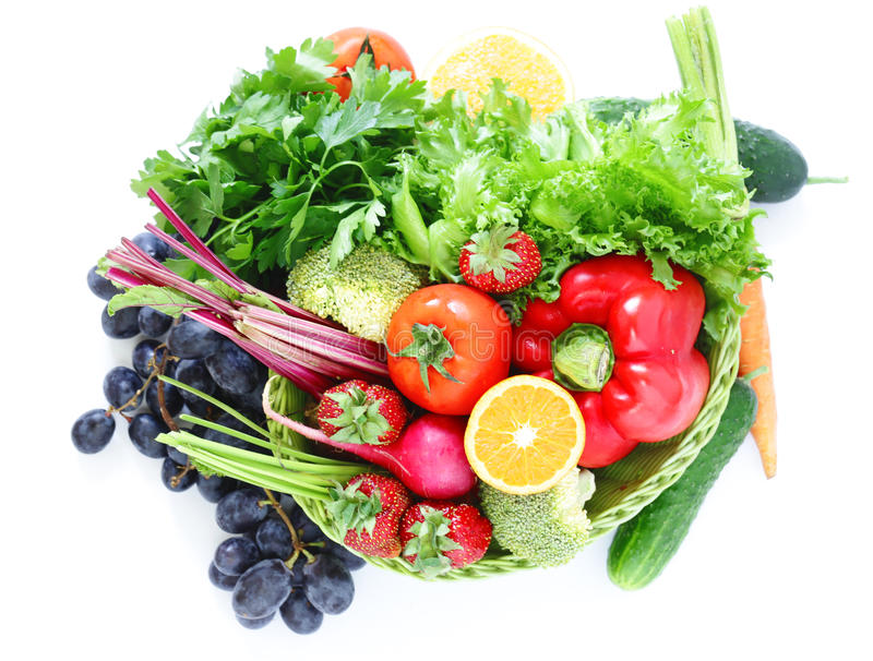 Органические фрукты и овощи в корзине стоковая фотография
