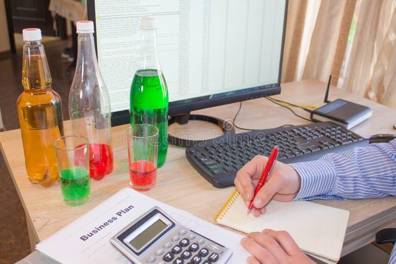 Органические холодн-отжатые сырцовые бутылки пластмассы vegetable сока стоковые фотографии rf