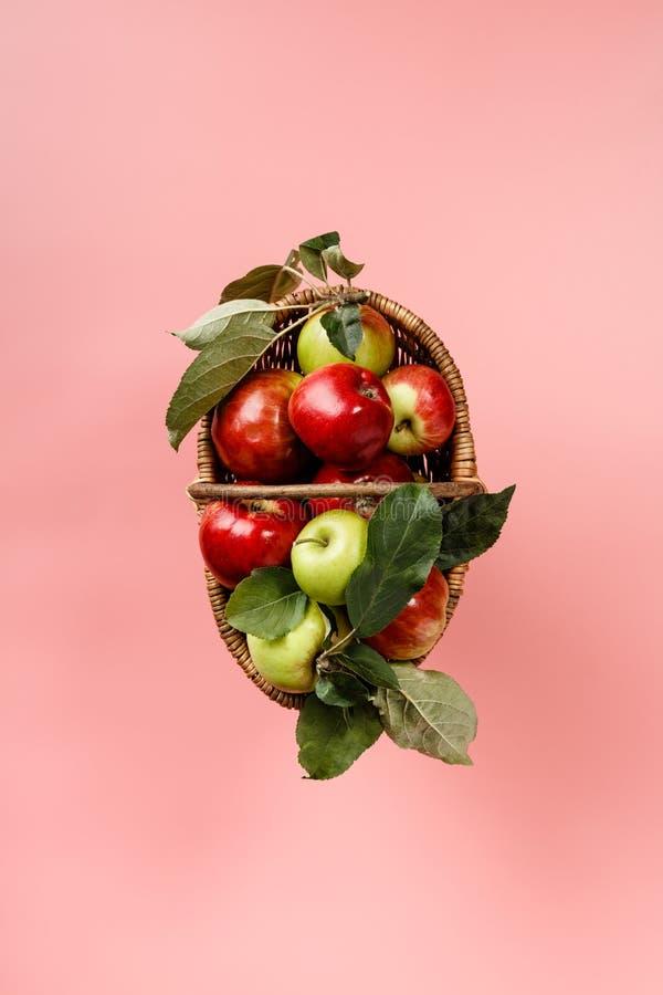 Органические яблоки в корзине на розовом фоне стоковое изображение rf