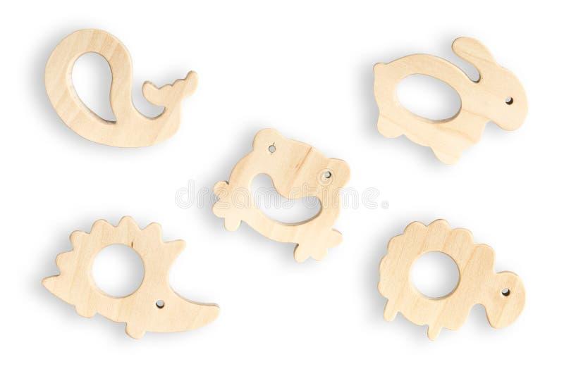 Органические teethers младенца изолированные на белой предпосылке с космосом экземпляра Деревянные игрушки животного установленны стоковая фотография
