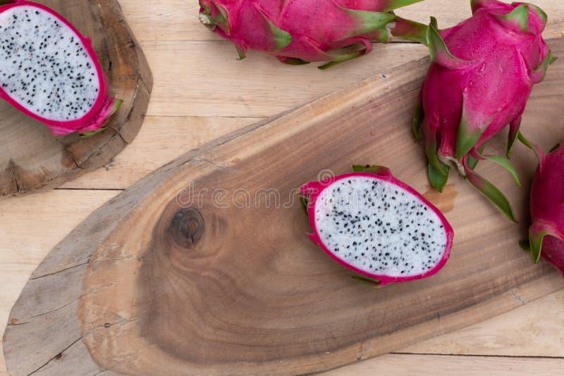 Органический белый свежий отрезок плода дракона в половину на деревянной прерывая доске стоковые фото