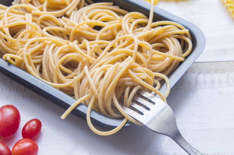 Органический весь пук пшеницы сырцовых итальянских макаронных изделий спагетти на wh стоковое изображение rf