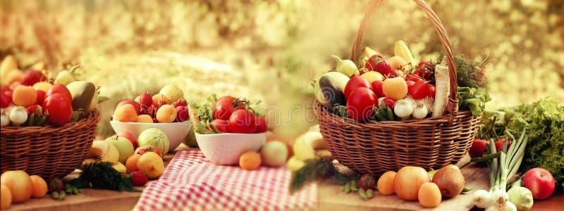 Органический фрукт и овощ, много - кучи различных свежих фруктов и овощей стоковая фотография rf