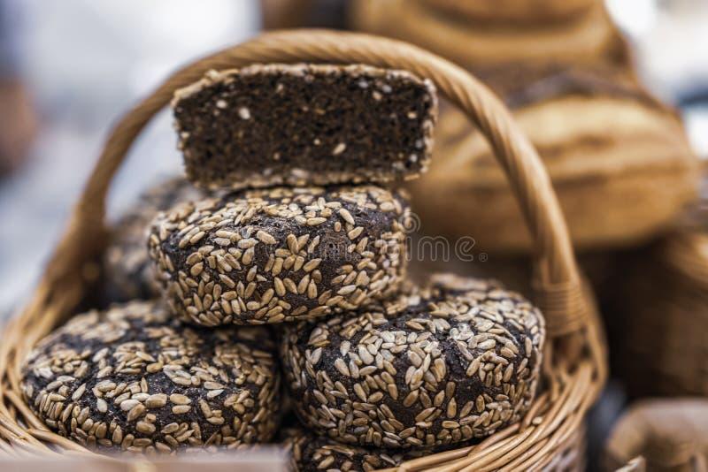 Органический хлеб рож фермы с семенами подсолнуха в корзине, домодельным испеченной в деревянной плите стоковое изображение rf