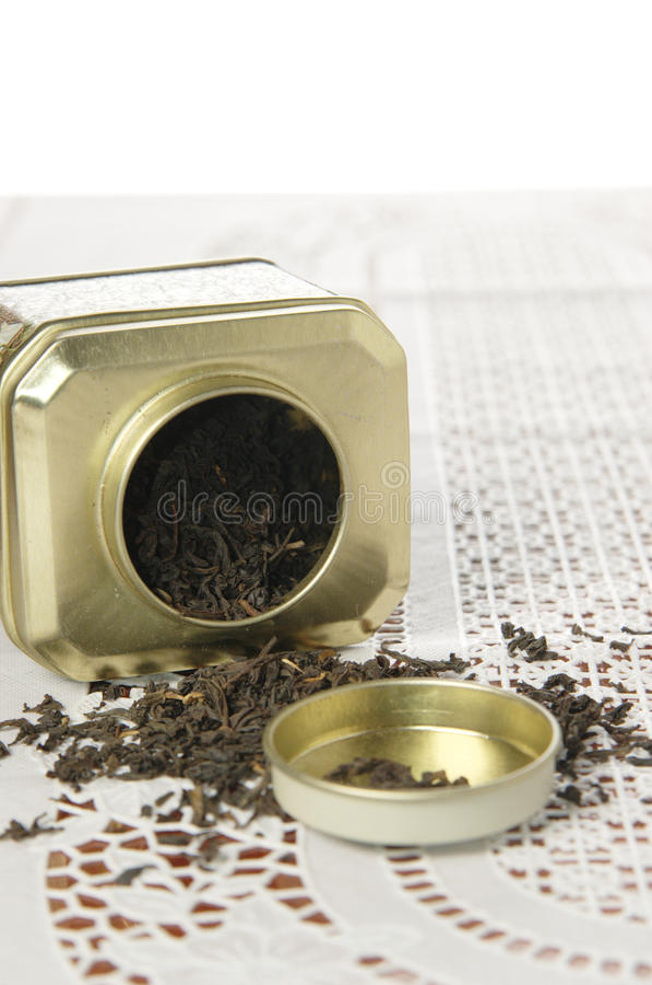 Органический черный чай в чонсервной банке металла стоковые фотографии rf