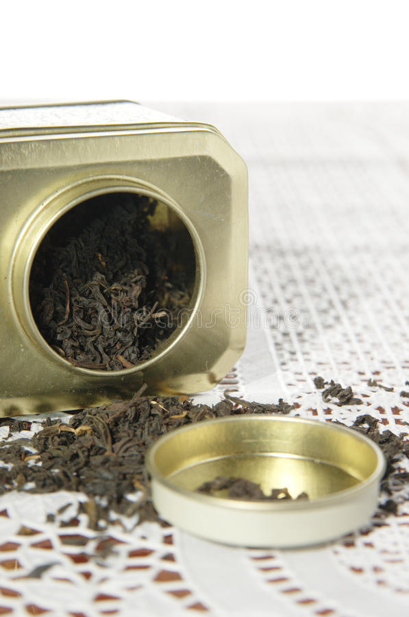 Органический черный чай в чонсервной банке металла стоковое фото