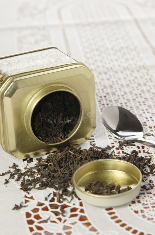 Органический черный чай в чонсервной банке металла стоковое фото rf