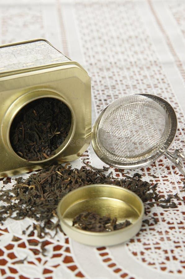 Органический черный чай в чонсервной банке металла стоковые изображения