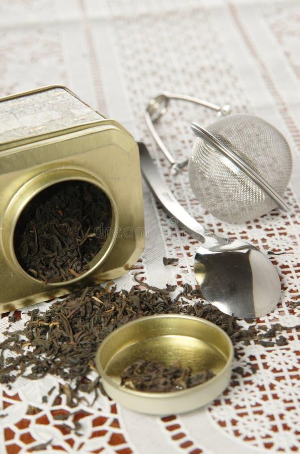 Органический черный чай в чонсервной банке металла стоковое изображение rf