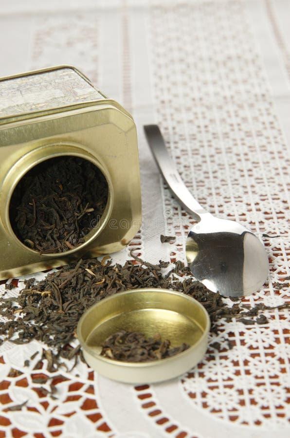 Органический черный чай в чонсервной банке металла стоковая фотография