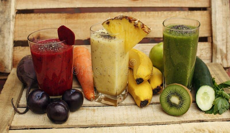 Download Органический Smoothie вытрезвителя с свежими фруктами и овощами Стоковое Изображение - изображение насчитывающей диетпитание, домодельно: 81804653
