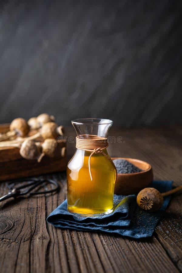 Органическое масло с холодным маком в стеклянном карафе стоковая фотография