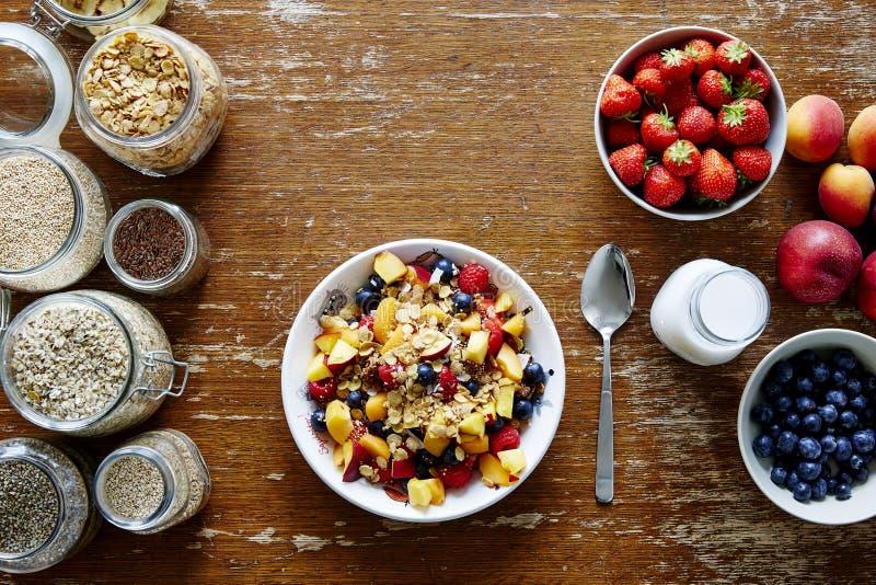 Органическое свежее питательное muesli завтрака и образ жизни сезонных плодоовощей здоровый стоковое изображение rf