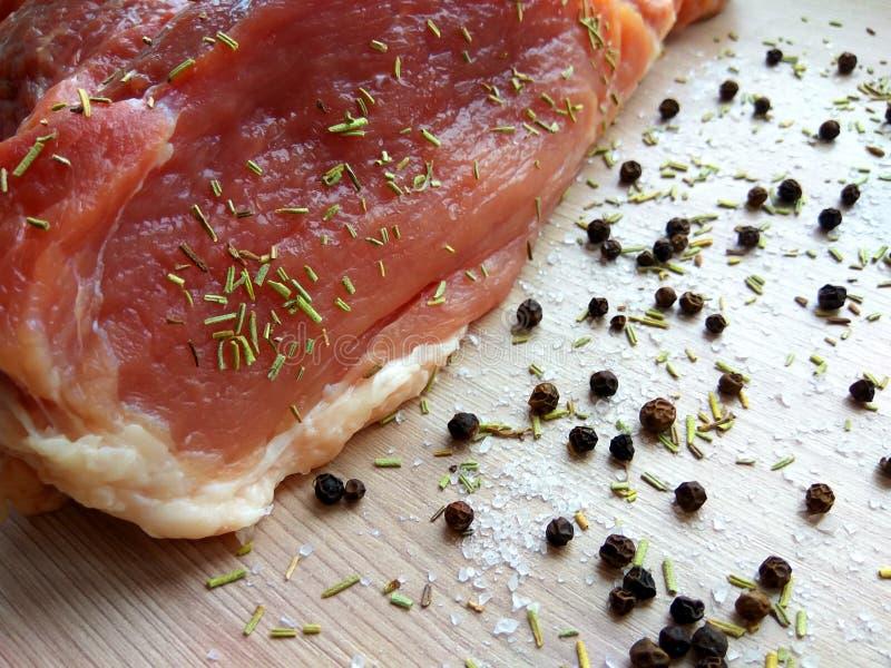 Органическое сырцовое мясо стейка свиной отбивной с солью, перцем и ро стоковые фото