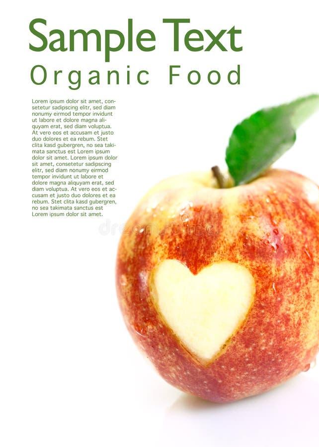 Органическое яблоко с вырезом сердца стоковые изображения