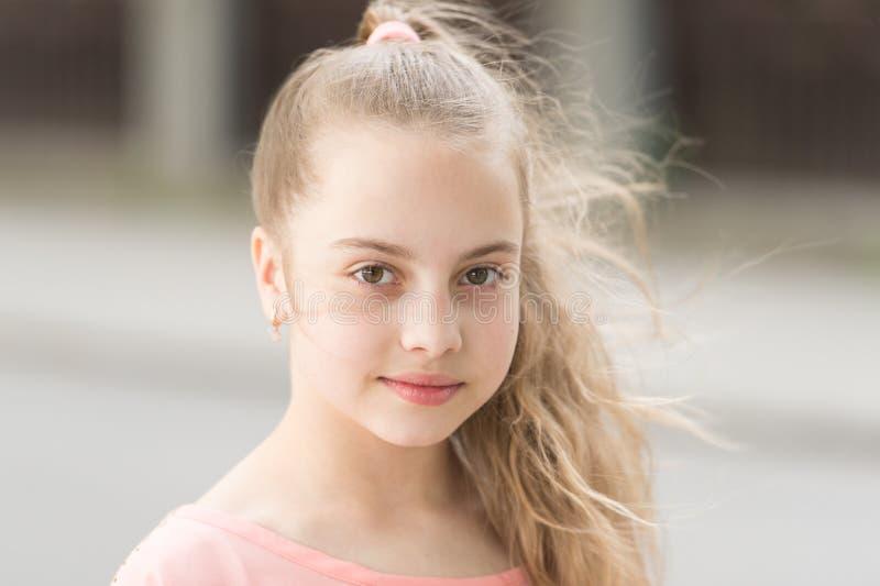 Органическое skincare как вторая натура Прелестная небольшая девушка со здоровой молодой кожей стороны, skincare Красота смотрит  стоковые фото