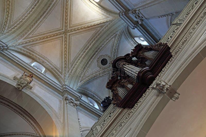 Орган и слитый потолок Сен-Леодегара стоковые фото