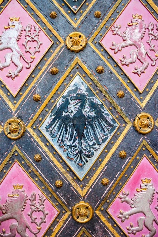 Орел - герб Силезии и льва - герб Богемии на дверях St Peter и базилики St Paul в Vysehrad, Праге стоковая фотография