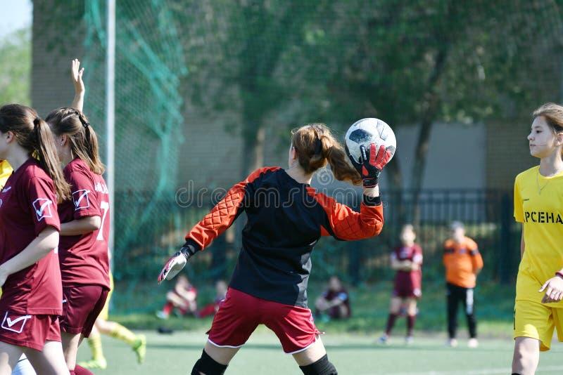 Оренбург, Россия - год 12-ое июня 2019: Девушки играют футбол стоковая фотография rf