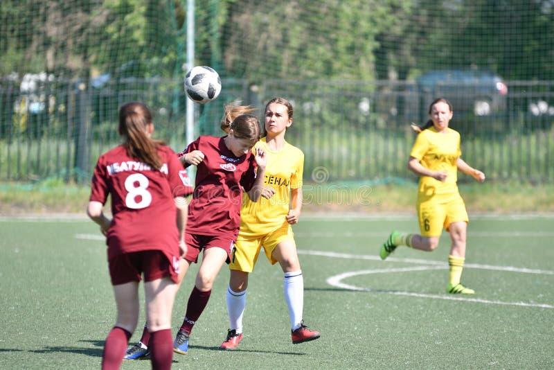 Оренбург, Россия - год 12-ое июня 2019: Девушки играют футбол стоковые фотографии rf