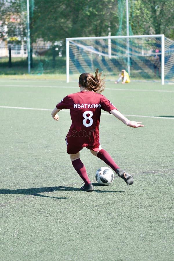 Оренбург, Россия - год 12-ое июня 2019: Девушки играют футбол стоковое изображение