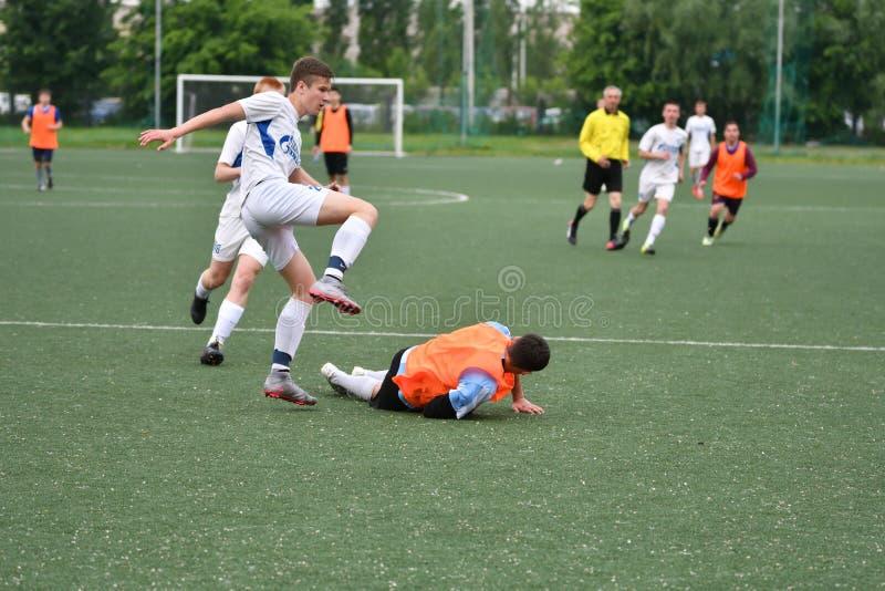 Оренбург, Россия - год 6-ое июня 2017: Футбол игры мальчиков стоковое изображение