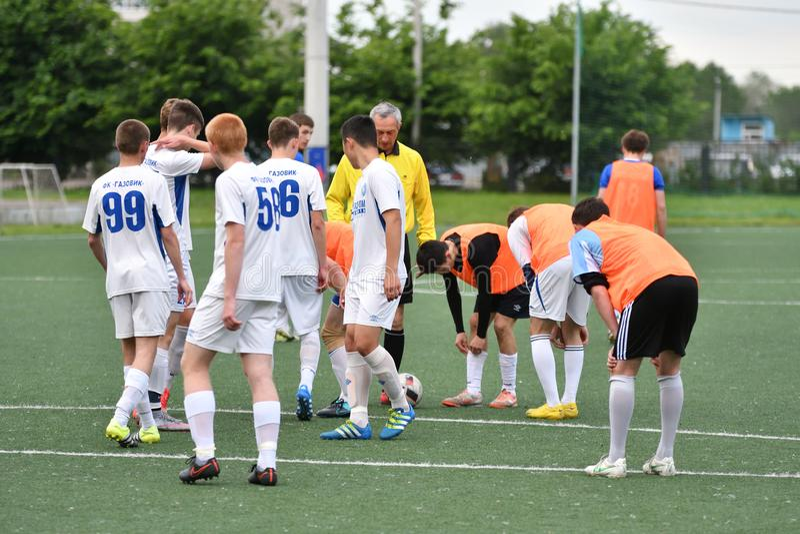 Оренбург, Россия - год 6-ое июня 2017: Футбол игры мальчиков стоковое фото rf