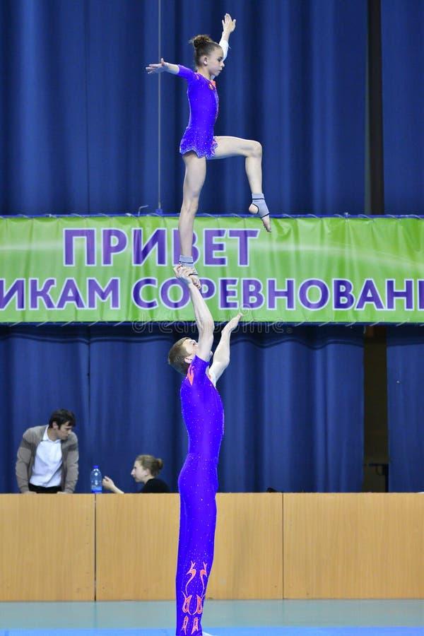 Оренбург, Россия, год 26-ое-27 мая 2017: Младшие состязаются в акробатике спорт стоковая фотография