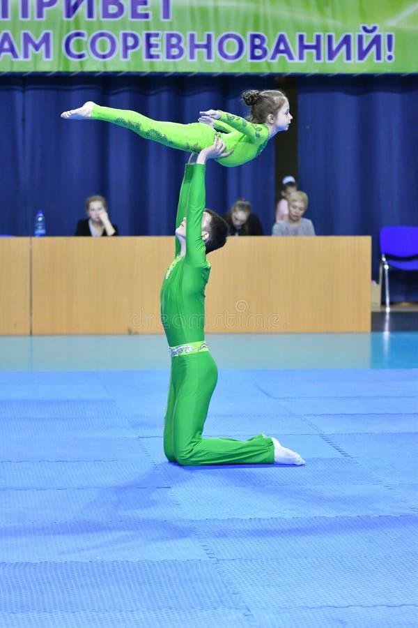 Оренбург, Россия, год 26-ое-27 мая 2017: Младшие состязаются в акробатике спорт стоковые фотографии rf