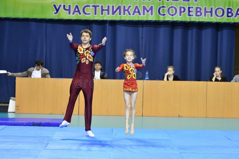 Оренбург, Россия, год 26-ое-27 мая 2017: Младшие состязаются в акробатике спорт стоковое изображение