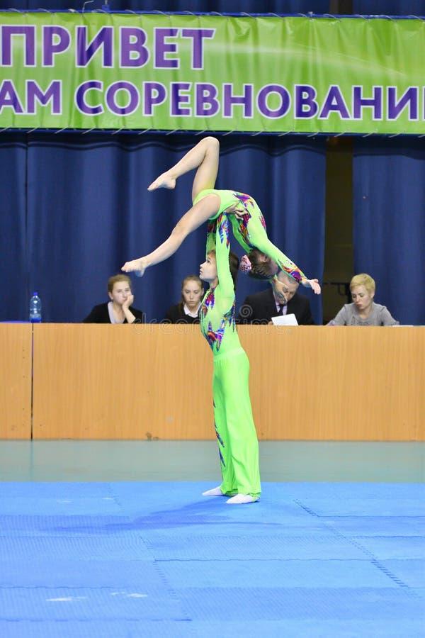 Оренбург, Россия, год 26-ое-27 мая 2017: Младшие состязаются в акробатике спорт стоковые фото