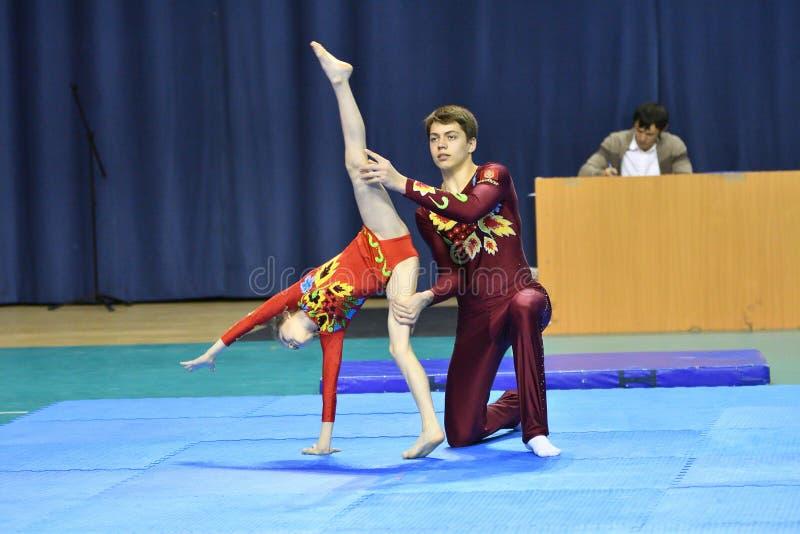 Оренбург, Россия, год 26-ое-27 мая 2017: Младшие состязаются в акробатике спорт стоковые изображения