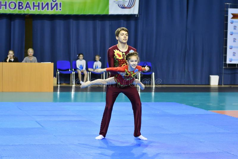 Оренбург, Россия, год 26-ое-27 мая 2017: Младшие состязаются в акробатике спорт стоковое изображение rf